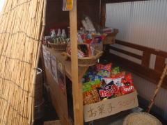 瀬戸館には大量のお菓子が売っていました