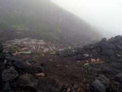 潰れた山小屋の残骸を発見