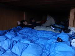 寝床は2人で1枚の布団くらいの狭さ